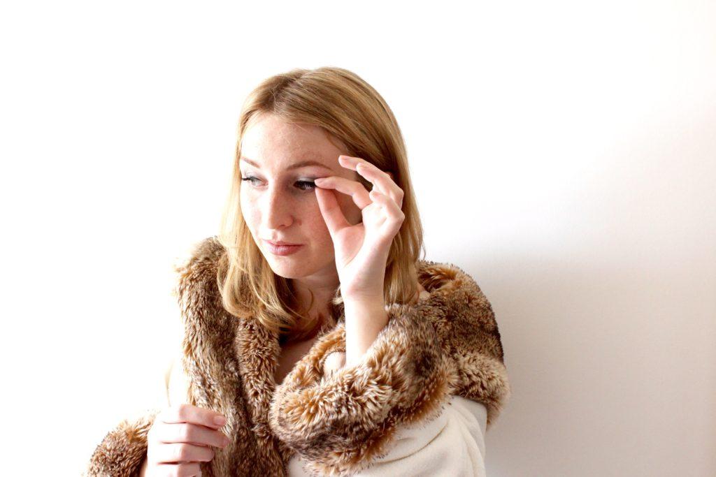 How to Apply Fake Eyelashes like a pro, Put on fake eyelashes, fake eyelash tutorial, size false eyelashes to eyes