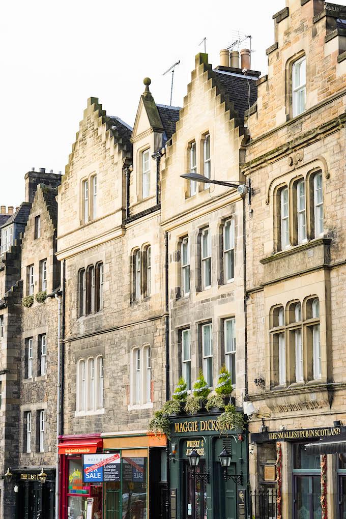 Where to Stay in Edinburgh, Victoria Street Edinburgh, Harry Potter tour for free in Edinburgh, Diagon Alley Inspiration